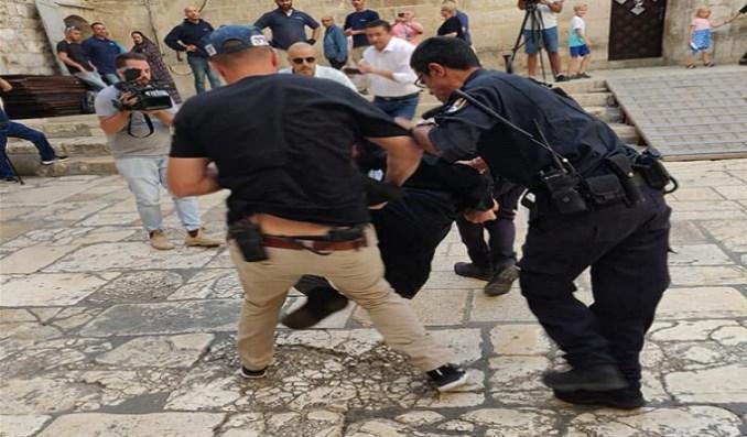 Fuerzas israelíes agreden a cientos de cristianos palestinos durante la celebración de la Pascua de Resurrección.